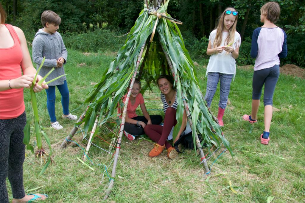 Kukuřičné teepee - výsledek práce táborníků během jednoho z workshopů