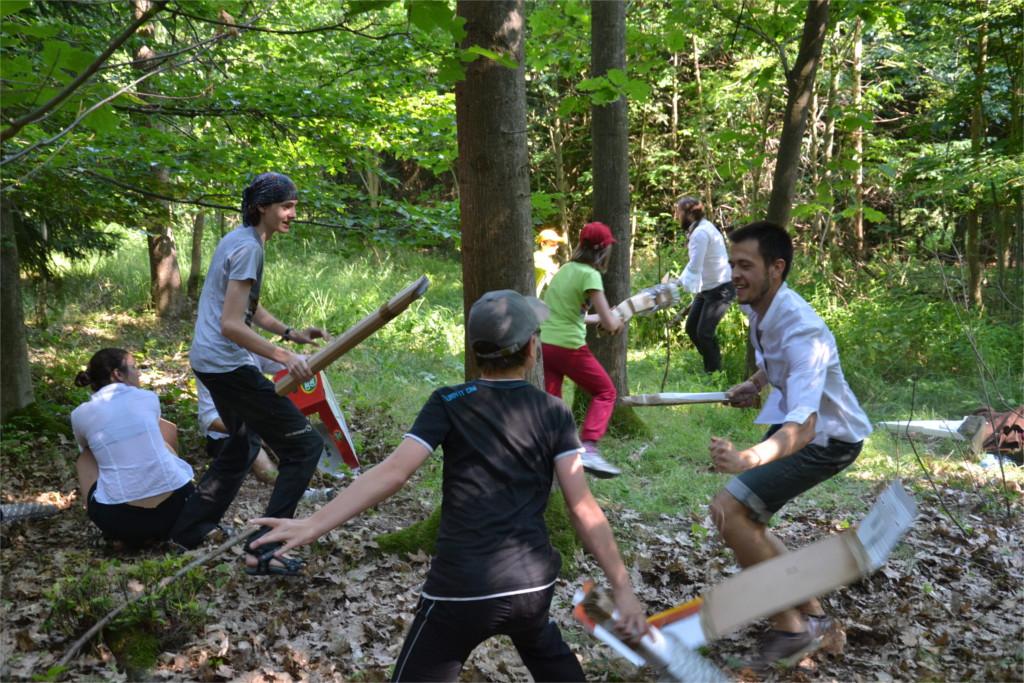 Odpolední hra na letním dětském táboře s angličtinou - bitva s nepřáteli na způsob larpu
