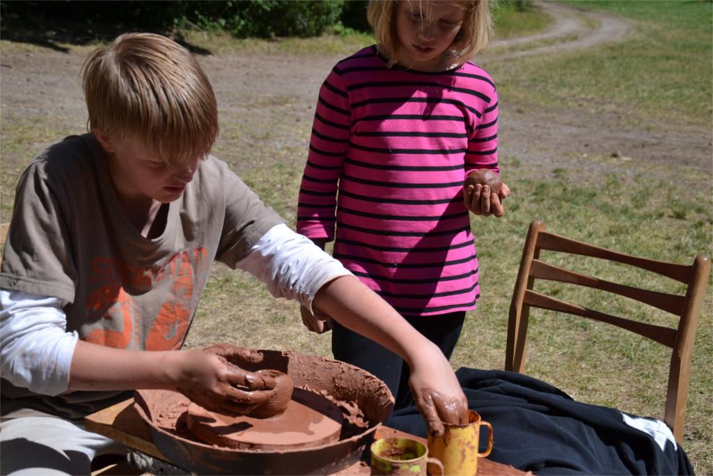 Táborník během keramického workshopu - práce s hrnčířským kruhem