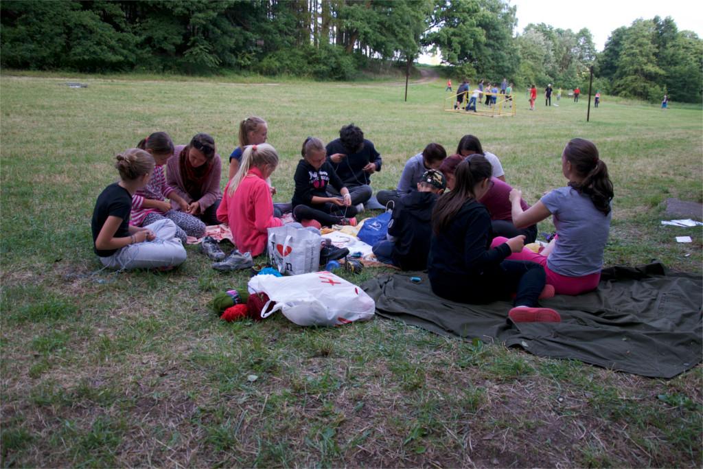 Rukodělné výtvarné dílny na anglickém táboře - drhání náramků